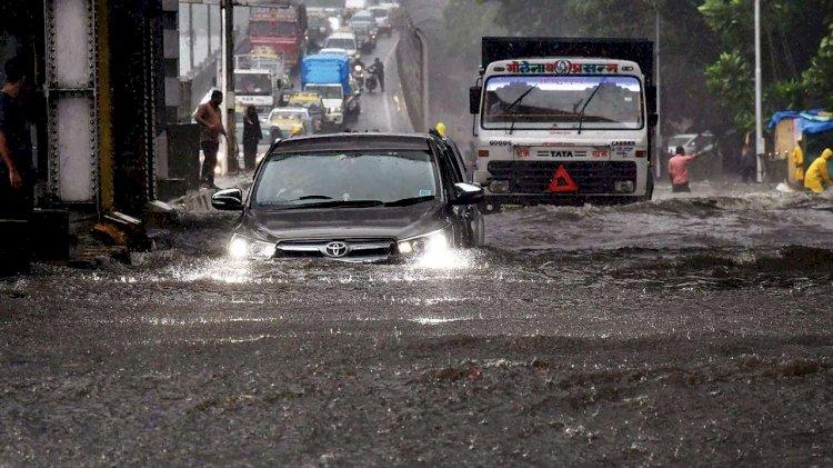 मुंबई में भारी बारिश से हालात खराब, जारी हुआ Alert, आज छुट्टी का ऐलान, BMC ने घर पर रहने की दी सलाह