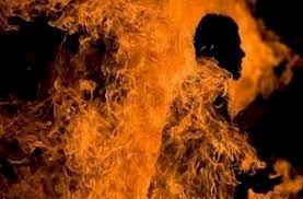 बॉलीवुड इस फिल्ममेकर की पत्नी और बेटी ने खुद को जिंदा जलाया, ये था बड़ा कारण