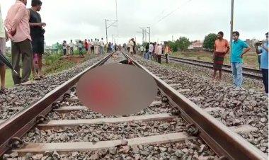 दर्दनाक घटना, महिला ने पांच बेटियों के साथ ट्रेन के सामने कूदकर किया सुसाइड  - Viral News | Breaking News | Latest News | Viral Video
