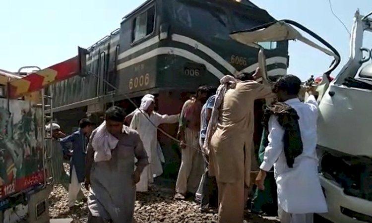 पाकिस्तान से आई बड़ी खबर, रेल हादसे में 30 की मौत, सिंध में टकराईं दो ट्रेनें