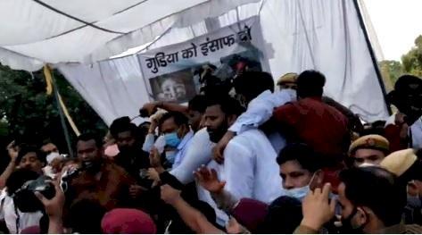 Delhi Rape Case : पीड़ित परिवार से मिलने पहुंचे केजरीवाल का विरोध, भाषण के दौरान मंच से गिरे