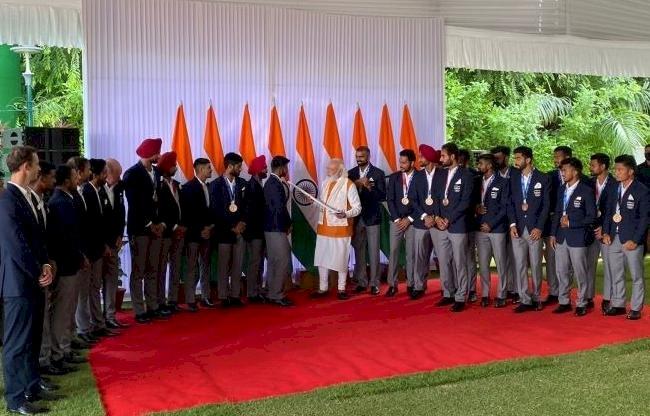 Tokyo Olympics 2021 के खिलाड़ियों संग PM Modi की पार्टी, नीरज चोपड़ा को खिलाया चूरमा